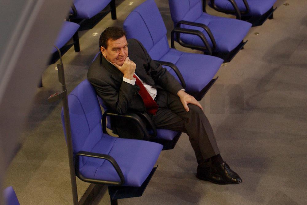 28 NOV 2001, BERLIN/GERMANY:<br /> Gerhard Schroeder, SPD, Bundeskanzler, sitzt in allein in den Reihen der SPD Fraktion, Bundestagsdebatte zum Haushaltsgesetz 2002, Etat des Bundeskanzlers, Plenum, Deutscher Bundestag<br /> IMAGE: 20011128-01-035<br /> KEYWORDS: Haushaltsdebatte, Debatte, Gerhard Schröder