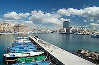 Piccole barche da pesca ormeggiate al porto di Gallipoli. Sullo sfondo l'inconfondibile grattacielo.