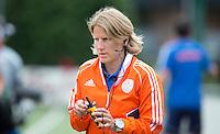 EINDHOVEN - Assistent-coach Janneke Schopman , zaterdag bij de oefenwedstrijd tussen het Nederlands team van Jong Oranje Dames en dat van de Vernigde Staten. Volgende week gaat het WK-21 in Duitsland van start. FOTO KOEN SUYK