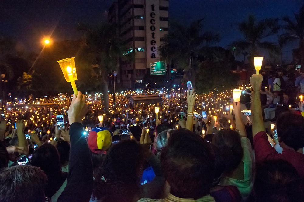 """Miles de opositores al gobierno venezolano, Nicolás Maduro, celebraron un homenaje a las víctimas de las protestas en ese país el miércoles 17 de mayo de 2017, en el que encendieron velas para ofrecer """"luz"""" y oraciones durante dos horas y como símbolo De """"conquista"""" de la noche. Thousands of opponents of the Venezuelan government, Nicolas Maduro, held a tribute to the victims of the protests in that country on Wednesday, May 17, 2017, in which they lit candles to offer """"light"""" and prayers during Two hours and as a symbol of """"conquest"""" of the night."""