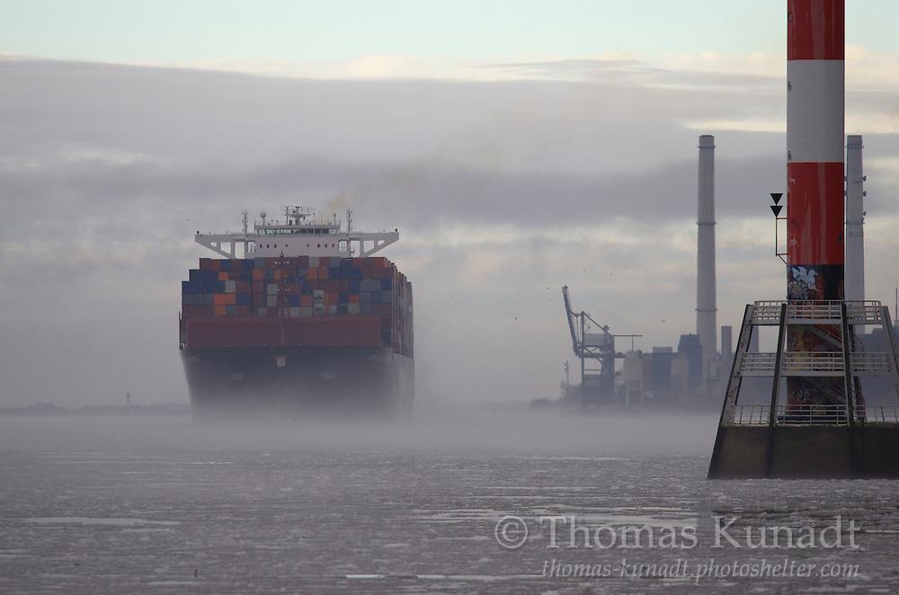 Hapag-Lloyds Containerriese NEW YORK EXPRESS erscheint wie schwebend auf Höhe der Hamburger Landesgrenze bei seiner zweiten Ankunft im Heimathafen am 30.1.2013. Die Großwetterlage stellt sich um. Eine wochenlange Kälteperiode wird durch Zustrom milder Atlantikluft beendet.