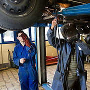 Nederland Rotterdam 6 februari 2009 20090206 Foto: David Rozing.Leerlingen VMB Noordrand college, studie richting techniek. lassen auto, leraar geeft voorbeeld ..Dutch students technique technic technical, basic education, holland, student, students, , pupils, technique,  boys, boy, .....Foto: David Rozing
