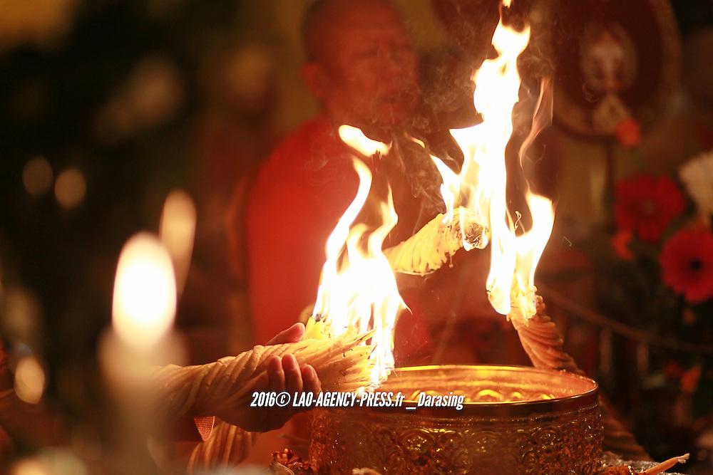 Pour l'&eacute;dition 2016, la c&eacute;r&eacute;monie du Maha Kathina au sein de Wat Simoungkhoune se pr&eacute;sente comme un &eacute;v&eacute;n&eacute;ment de grande envergure. Sous l'&eacute;tendard du Cdt (E.R) Chao Singto Na Champassak, trois familles : Sing Sengsouvanh, Vanh Homsombath et Hertel ainsi que la 24i&egrave;me promotion des &eacute;l&egrave;ves-officiers de l'acad&eacute;mie militaire royale lao re&ccedil;oivent la communaut&eacute; laotienne, tha&icirc;landaise, indienne et europ&eacute;enne. La maison princi&egrave;re de Champassak, suivie de la maison princi&egrave;re Phouan ainsi que la maison royale de Luang Prabang se joignent &agrave; l'invitation du Cdt (E.R) Chao Singto. Ce moment historique, le v&eacute;n&eacute;rable sup&eacute;rieur Alain Khamdeng Souttithammo l'imagine depuis cinq ans, o&ugrave; la diaspora lao montre qu'elle peut se r&eacute;unir pour une cause, certes aujourd'hui de l'orde du religieux.<br /> La m&eacute;t&eacute;o cl&eacute;mente permet une procession digne d'un mariage princier. Aristocrates et citoyens lao d'origine ou de nationalit&eacute;; fran&ccedil;ais, europ&eacute;en, thailandais, indiens marchent ensemble, lors de la procession des toges. Ainsi ils chantent, hurlent et dansent sur la musique thailandaise. Quel joie ! De m&eacute;moire de b&eacute;n&eacute;voles de l'association clasbec (https://watlaosimoungkhoune.wordpress.com/videos), c'est un record pour cette f&ecirc;te religieuse ! Pr&egrave;s de 1000 invit&eacute;s, et surtout la somme record de 53 000 euros de dons r&eacute;colt&eacute;s ! Le maha kathina devient le troisi&egrave;me grand &eacute;v&eacute;nement pour wat Simoungkhoune. Cot&eacute; office religieux, quatre v&eacute;n&eacute;rables sup&eacute;rieurs et onze v&eacute;n&eacute;rables de vocation b&eacute;nissent les fid&egrave;les. Cot&eacute; prestige, le v&eacute;n&eacute;rable sup&eacute;rieur Chaiya, vient sp&eacute;cialement de Las Vegas (Nevada - USA)  dont la sagesse &eacute;gal
