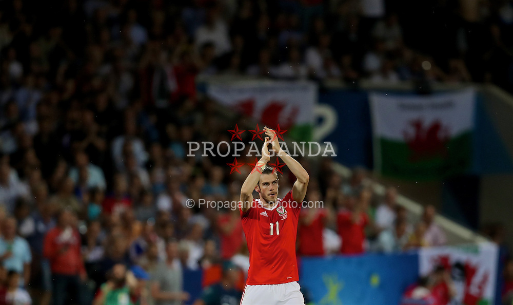 TOULOUSE, FRANCE - Monday, June 20, 2016: Wales' Gareth Bale applauds the supporters as he is substituted during the final Group B UEFA Euro 2016 Championship match against Russia at Stadium de Toulouse. (Pic by David Rawcliffe/Propaganda)