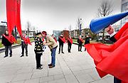Nederland, Nijmegen, 10-3-2018Een groep demonstranten tegen de zoenposter van een kledingmerk tegenover een groep die voor de gelijke rechten van homos zijn. Demonstratie en tegendemonstratie bij het station.  Jac Splinter en zijn partner zoenen elkaar bij de demonstranten tegen de zoenposter.Foto: Flip Franssendgfoto editie nijmegen