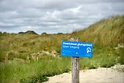 Nederland, The Netherlands, Wijk aan zee, 12-6-2018Duinen met helmgras en een waarschuwingsbord van het hoogheemraadschap .Foto: Flip Franssen