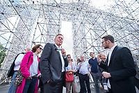 14 AUG 2017, KASSEL/GERMANY:<br /> Thomas Oppermann, SPD Fraktionsvorsitzender, mit Journalisten vor dem Tempel der verbotenen B&uuml;cher, waehrend einem Besuch der documenta 14, im Rahmen seiner Sommerreise<br />  IMAGE: 20170814-01-038<br /> KEYWORDS: Kunst, Art, Ausstellung