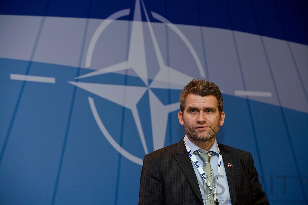 STRASBOURG - FRANCE - 04 APRIL 2008 -- NATO Topmoede -- Statsministerens spindoktor, Michael Ulveman, lytter under til sin chef Anders Fogh Rasmussen's pressekonference efter udnævnelsen til generalsekretær for NATO. Photo: Erik Luntang