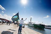 De Arctic Sunrise wordt welkom geheten in Beverwijk. In IJmuiden is de Arctic Sunrise, het schip van milieuorganisatie Greenpeace dat een jaar door Rusland in beslag is genomen, aangekomen. De voormalige ijsbreker wordt in Amsterdam uit het water gehaald en opgeknapt omdat het gehavend is geraakt toen het aan de ankers lag. De boot van de milieuorganisatie is september 2013 door de Russen ge&euml;nterd en de bemanningsleden vastgezet op verdenking van piraterij. Greenpeace voerde actie bij een boorplatform in de Barentszzee. Als het schip weer is gerepareerd, wil de milieubeweging weer campagnes houden met de Artic Sunrise.<br /> <br /> In IJmuiden, the Arctic Sunrise, the Greenpeace ship that a year ago is seized by Russia, arrived. The former ice breaker is removed from the water in Amsterdam and refurbished since it was damaged when it was up to the anchors. The boat of the environmental organization is boarded in September 2013 by the Russians and the crew put down on suspicion of piracy. Greenpeace campaigned on a drilling platform in the Barents Sea. If the ship is repaired, the environmental movement wants to use the Arctic Sunrise again for campaigning.