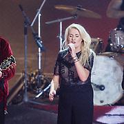 NLD/Hilversum/20160109 - 4de live uitzending The Voice of Holland 2015, optreden Sanne Hans, Miss Montreal met haar kandidaten Dave Vermeulen en Ivan Peroti