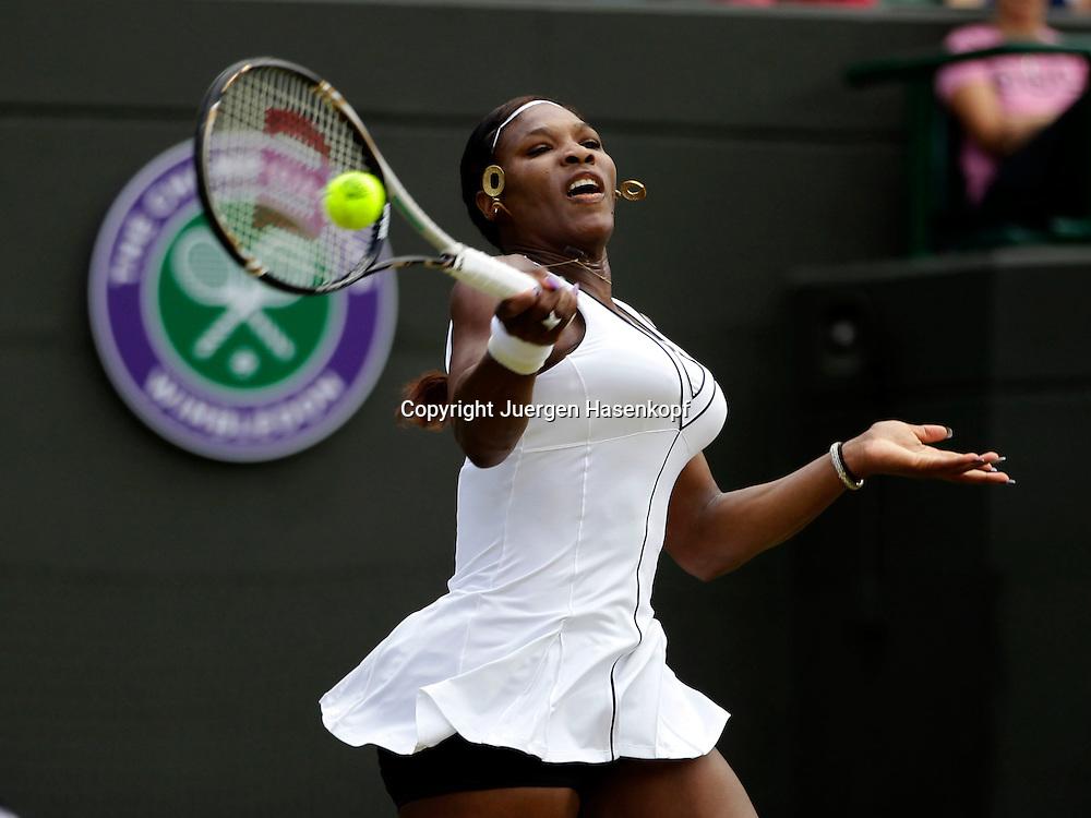 Wimbledon Championships 2011, AELTC,London,.ITF Grand Slam Tennis Tournament, Serena Williams  (USA) ,Einzelbild,Aktion,Halbkoerper,Querformat