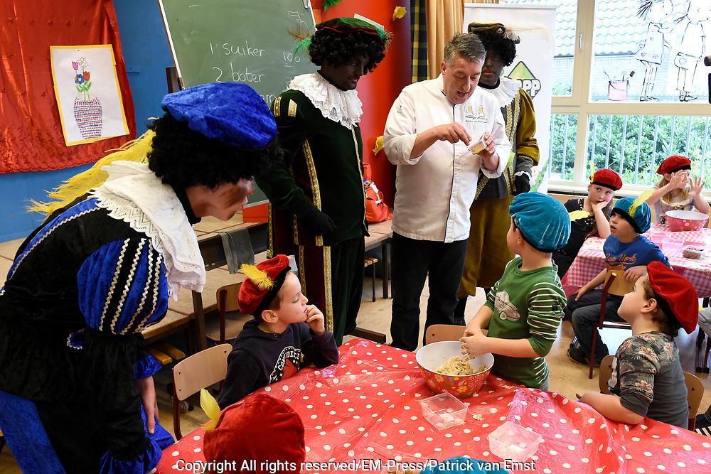 NPO Zapp onthult: de allerlekkerste pepernoot ooit gemaakt. Dit werd gedaan door groep 3 van Basisschool De Wegwijzer te Soest waar ze stonden te zwoegen in de schoolkeuken, met maar &eacute;&eacute;n doel: het maken van d&eacute; allerlekkerste Pepernoot onder leiding van Rob&egrave;rt van Beckhoven ( Heel Holland Bakt ).Sinterklaas neemt d&eacute; allerlekkerste Pepernoot in ontvangst op het Zapp Sinterklaasfeest<br /> <br /> Op de foto:  Meester Patissier en Meester Boulanger  Rob&egrave;rt van Beckhoven geeft de kinderen aanwijzingen
