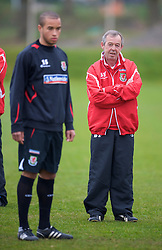 SWANSEA, WALES - Monday, March 30, 2009: Wales' Under-21 manager Brian Flynn and Ashley Richards during training at the Glamorgan Health & Racquets Club ahead of the UEFA Under-21 Championship Qualifying group 3 match. (Photo by David Rawcliffe/Propaganda)
