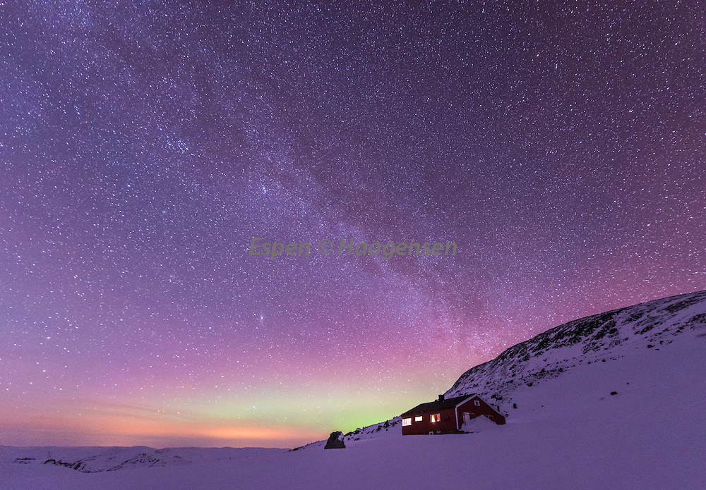 Northern lights and the milky way above the NTK hut in Skagadalen.