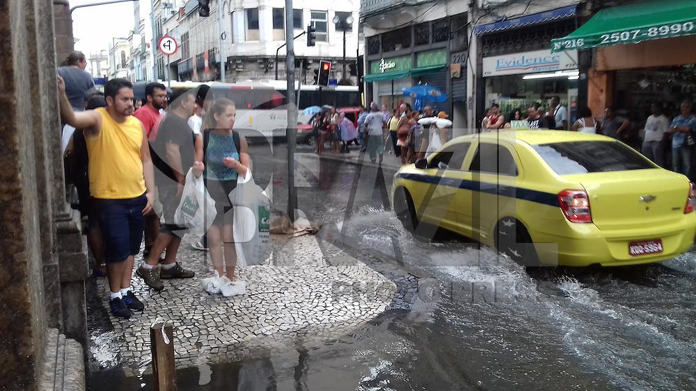 RIO DE JANEIRO, RJ, 12.01.2017 - CHUVA-RJ Chuva forte no centro da cidade do Rio de Janeiro, nesta quinta-feira, 12. (Foto: Gustavo Serebrenick/Brazil Photo Press)