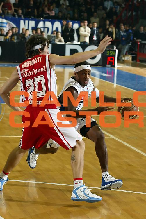 DESCRIZIONE : Napoli Lega A1 2006-07 Eldo Napoli Whirlpool Varese <br /> GIOCATORE : Brown<br /> SQUADRA : Eldo Napoli<br /> EVENTO : Campionato Lega A1 2006-2007 <br /> GARA : Eldo Napoli Whirlpool Varese <br /> DATA : 26/11/2006 <br /> CATEGORIA : Palleggio<br /> SPORT : Pallacanestro <br /> AUTORE : Agenzia Ciamillo-Castoria/A.De Lise