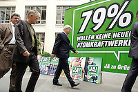 25 AUG 2005, BERLIN/GERMANY:<br /> Reinhard Buetikofer (L), B90/Gruene Bundesvorsitzender, und Fritz Kuhn (M), B90/Gruene Wahlkampfmanager, und Joschka Fischer (R), B90/Gruene, Bundesaussenminister, auf dem Weg zur Praesentation der neunen Wahlkampfplakate, Deutsches Architektur Zentrum<br /> IMAGE: 20050825-01-017<br /> KEYWORDS: Reinhard Bütikofer, Wahlkampf, Bundestagswahl