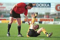 Heidar Helguson, Lillestrøm, har krampe. Dommer Rune Pedersen ber ham om å reise seg. Lillestrøm - Vålerenga 4-1. Tippeligaen 1999. 16. juni 1999. (Foto: Peter Tubaas)