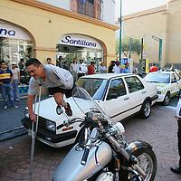 Toluca, Mex.- Policias municipales sostienen a un sujeto minusvalido quien luego de agredir a un transeunte golpeo con su muleta al agente de transito que trato de reprenderle. Agencia MVT / Mario Vazquez de la Torre. (DIGITAL)<br /> <br /> <br /> <br /> <br /> <br /> <br /> <br /> NO ARCHIVAR - NO ARCHIVE