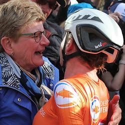 28-09-2019: WK wielrennen: Weg vrouwen: Yorkshire: Annemiek van Vleuten viert de wereldtitel met moeder Ria.