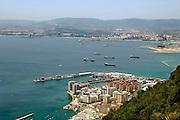 Spanje, Gibraltar, 8-6-2006..Uitzicht op de baai van Algeciras. bovenin de Spaanse raffinaderij bij Algeciras. Nieuwbouw van luxe appartementen op door Nederlandse baggerbedrijven aangewonnen land. Toerisme...Britse kroonkolonie. Spanje wil de rots terug...Foto: Flip Franssen