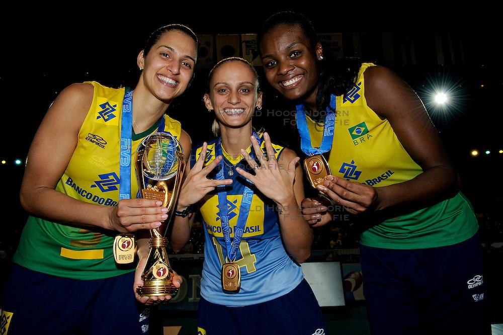 23-08-2009 VOLLEYBAL: WGP FINALS CEREMONY: TOKYO <br /> Brazilie wint de World Grand Prix 2009 / met oa. Danielle Lins, Fabiana de Oliveira en  Fabiana Claudino<br /> ©2009-WWW.FOTOHOOGENDOORN.NL