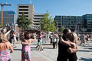 Tangtenzer, Menschen auf den Magellan Terrassen, Hafen City, Hamburg, Deutschland.|.tango dancing people on Magellan terraces, harbour city, Hamburg, Germany.