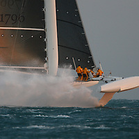 Speed Sailing : Hydroptere on the run