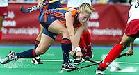 Europees Kampioenschap Hockey vrouwen. Nederland-Rusland 12-0. Miek van Geenhuizen probeert te scoren met een backhand schot.