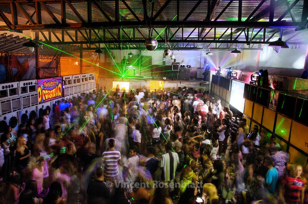 Soundsystems O Piratão & CurtisomRio rythm the Baile Funk of the favela Cantaglo in Ipanema, despite the imposed end at 2h20 am by the UPP (Pacification Police Unite //  Equipes O Piratão & CurtisomRio cadenciam o Baile do PPG - evento marcante no morro apesar do toque de recolher e final do Baile as 2h20 da manhã imposto pela UPP.