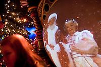 """3 Dicembre 2008. New York, NY. Una ragazza fa la fila all'ottavo piano del negozio Macy's, adibito con le scenografie di di """"Santaland"""" (il paese di Babbo Natale), in attesa di fare visita a Babbo Natale. Ogni anno le strade e i negozi di New York City sfoggiano decorazioni natalizie che attraggono turisti da tutto il mondo.<br /> ©2008 Gianni Cipriano per Io Donna / Corriere della Sera<br /> cell. +1 646 465 2168 (USA)<br /> cell. +1 328 567 7923 (Italy)<br /> gianni@giannicipriano.com<br /> www.giannicipriano.com"""