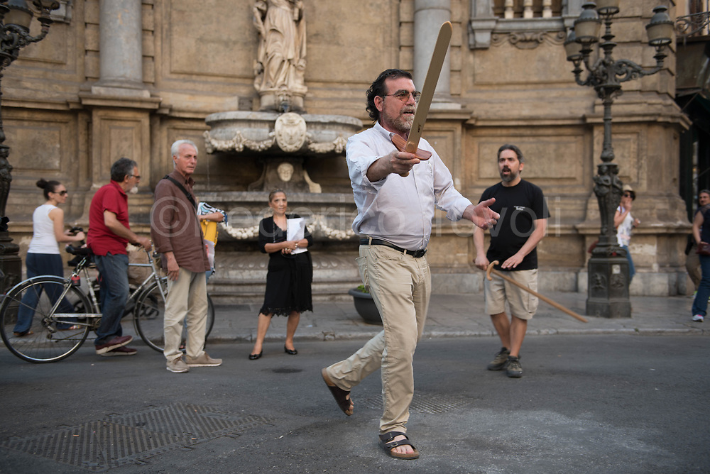 Daniele Moretto, high school teacher and multidisciplinary artist during a traditional improvised show at the Quattro Canti