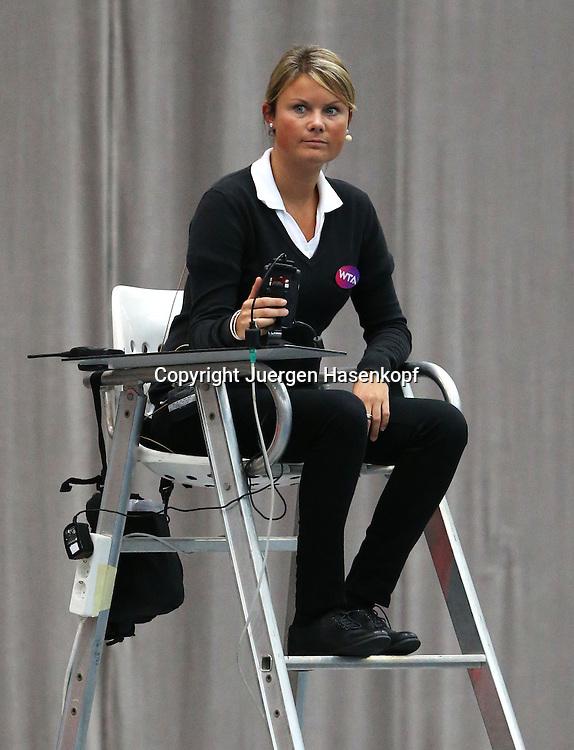 Generali Ladies Linz  2012,WTA Tour, Damen.Hallen Tennis Turnier in Linz, Oesterreich,.Stuhlschiedsrichter Isabelle Seefried (GER),.Einzelbild,Ganzkoerper,Hochformat,Feature,