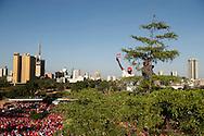 P&aring; mandag skal Kenyas befolkning v&aelig;lge ny pr&aelig;sident. Der er sp&aring;et t&aelig;t l&oslash;b mellem de to spidskandidater Raila Odinga (ODM)og Uhuru Kenyatta (TNA). <br /> 51 &aring;rige Uhuru Kenyatta, som l&oslash;rdag holdt valgm&oslash;de i Uhuru Park i centrum af Nairobi som hans far opkaldte efter ham. Uhuru Kenyatta stiller op for Jubilee koalitionen. Han er barnebarn af Kenyas f&oslash;rste pr&aelig;sident Jomo Kenyatta og han er vice premierminister i den nuv&aelig;rende regering. Uhuru Kenyatta siges at v&aelig;re arving til en af de st&oslash;rste formuer i Afrika. Navnet Uhuru betyder frihed og hans k&aelig;lenavn p&aring; stammesproget kikuyu njamba betyder &rdquo;helt&rdquo;.<br /> Uhuru Kenyatta er anklaget for forbrydelser mod menneskeheden i en retssag ved den internationale straffedomstol ( ICC) p&aring; grund af hans formodede medansvar for voldsomheder, der fulgte efter sidste valg i december 2007. Over 1300 personer mistede livet og omkring en halv million blev tvunget til at flygte i det borgerkrigslignede kaos, der opstod, da valgresultatet kom frem. Kenya opfattes ofte som &oslash;konomiske og demokratiske lokomotiv for udviklingen i den &oslash;stafrikanske region og resultatet af valget p&aring; mandag har derfor betydning for hele regionens 130 millioner indbyggere.