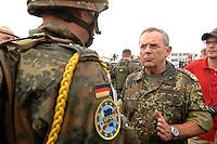 26 SEP 2006, LIBREVILLE/GABON:<br /> Wolfgang Schneiderhan (R), Generalinspekteur der Budneswehr, im Gespraech mit Fallschirmjaegern der Bundeswehr, vor einer Uebung, auf dem miltaerisdchen Teil des Flughafens Libreville, im Rahmen eines Besuches des Hauptquartiers DRAGAGES GABON des EUFOR RD CONGO<br /> IMAGE: 20060925-01-057<br /> KEYWORDS: Bundeswehr, Soldat, Soldaten, Afrika, Africa, Fallschirmjäger, Gespräch