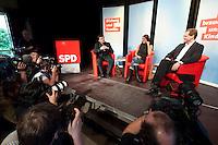 """13 JUL 2009, BERLIN/GERMANY:<br /> Kajo Wasserhoevel (L), SPD Bundesgeschaeftsfuehrer, Katia Saalfrank (M), Diplom-Pädagogin aus der RTL Doku-Serie """"Supernanny"""" und Michael Mueller (R), Landes- und Fraktionsvorsitzender SPD Berlin, Diskussionsveranstaltung zum Thema """"Bildung und Familie"""", Buergerhaus Altglienicke<br /> IMAGE: 20090713-02-055<br /> KEYWORDS: Kajo Wasserhövel, Super Nanny, Michael Müller, Kamera, Camera, Fotografen"""