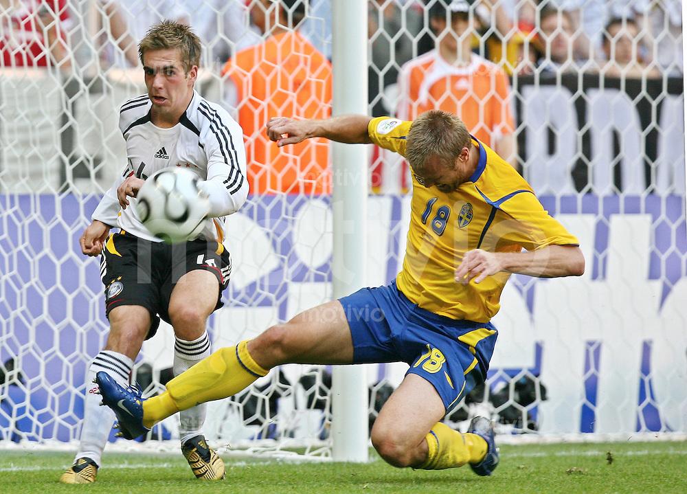 Fussball WM 2006  Achtelfinale  Deutschland - Schweden Philipp Lahm (GER)li, Mattias Jonson (SWE),re