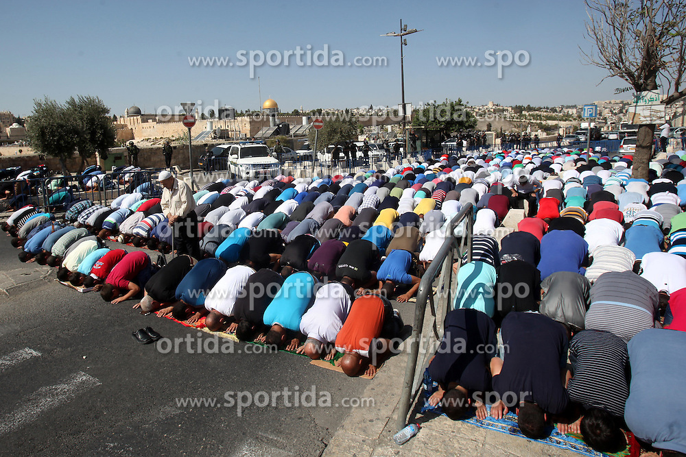 16.10.2015, Jerusalem, PSE, Gewalt zwischen Pal&auml;stinensern und Israelis, im Bild Zusammenst&ouml;sse zwischen Pal&auml;stinensischen Demonstranten und Israelischen Sicherheitskr&auml;fte // Israeli police stand guard as Palestinian Muslims pray on the streets of the Wadi al-Joz neighbourhood in east Jerusalem during the Friday prayers following restrictions by Israeli police preventing Palestinians under 40 years old from entering the Al-Aqsa mosque compounds. Israeli security forces deployed massively in Jerusalem as Jews armed themselves with everything from guns to broomsticks, rattled by a wave of Palestinian attacks that have shaken the country, Palestine on 2015/10/16. EXPA Pictures &copy; 2015, PhotoCredit: EXPA/ APAimages/ Mahfouz Abu Turk<br /> <br /> *****ATTENTION - for AUT, GER, SUI, ITA, POL, CRO, SRB only*****