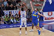 DESCRIZIONE : Eurolega Euroleague 2015/16 Group D Dinamo Banco di Sardegna Sassari - Maccabi Fox Tel Aviv<br /> GIOCATORE : MarQuez Haynes Yogev Ohayon<br /> CATEGORIA : Tiro Tre Punti Three Point Controcampo Ritardo<br /> SQUADRA : Dinamo Banco di Sardegna Sassari<br /> EVENTO : Eurolega Euroleague 2015/2016<br /> GARA : Dinamo Banco di Sardegna Sassari - Maccabi Fox Tel Aviv<br /> DATA : 03/12/2015<br /> SPORT : Pallacanestro <br /> AUTORE : Agenzia Ciamillo-Castoria/L.Canu