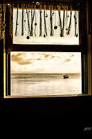 Praia do Canto Grande (Mar de Dentro) vista através de uma janela. Bombinhas, Santa Catarina, Brasil. / <br /> Canto Grande Beach viewed through a window. Bombinhas, Santa Catarina, Brazil.