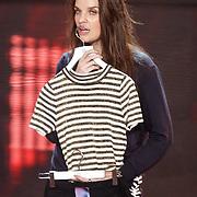 NLD/Hilversum/20160109 - 4de live uitzending The Voice of Holland 2015, stiliste Manon Meijer test het licht met de kleding van Wendy van Dijk