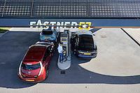 Oegstgeest, 25 augustus 2016 - Auto's laden hun accu's op bij een Fastned Snellaadstation langs de Snelweg A44. Foto: Phil Nijhuis