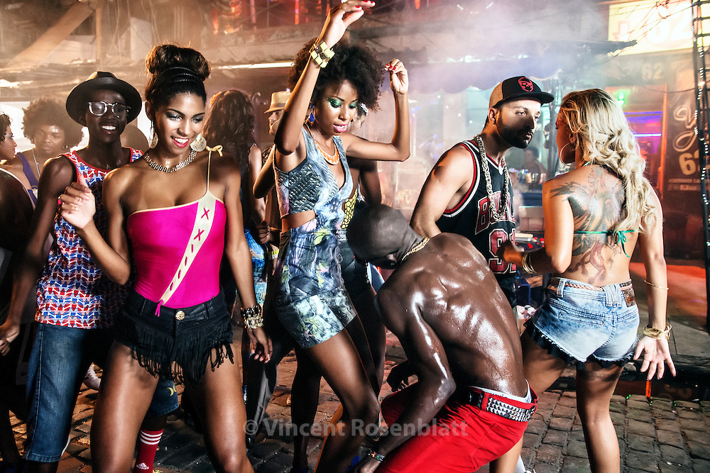 Video shoot of the &quot;Vira a Cara&quot; clip for DJ Leo Justi / Heavy Baile at Vila Mimosa, popular prostitution district <br /> with dancers Anderson &quot;Kipula&quot;, Carol Rum&atilde;o, Anastacia Gabriel, Massengo Jr..  (clip director : Leandro HBL) //Tournage du clip &quot;Vira a Cara&quot; du DJ Leo Justi / Heavy Baile &agrave; Vila Mimosa, quartier de prostitution populaire, avec Massengo Jr, fameux danseur de la sc&egrave;ne black music de Rio.