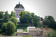 Nederland, Nijmegen, 1-7-2006Een Donjon van steigerpalen van 47 meter hoog is op het Valkhof gebouwd in het kader van de viering van Nijmegen 2000 jaar. Het is een replica in ijzer van de toren die onderdeel was van de Valkhofburcht van Frederik Barbarossa, die rond 1795 is afgebroken en als puin verhandeld is. De Valkhofvereniging ijvert al jaren voor een echte replica, maar is tot nu toe door de politiek tegengehouden. Breekpunt is de eis om het park openbaar toegankelijk te houden, hetgeen vrijwel onmogelijk wordt als de toren commercieel geexploiteerd moet worden. Ook de ondergrond zou niet stevig genoeg zijn.Foto: Flip Franssen