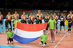 20-06-2010 VOLLEYBAL: WLV NEDERLAND - BULGARIJE: APELDOORN<br /> Nederland verliest ook de tweede wedstrijd met 3-0 / Nederland tijdens het volkslied vlag<br /> ©2010-WWW.FOTOHOOGENDOORN.NL