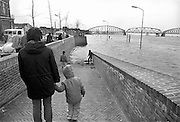 Nederland, Nijmegen 15-4-1983Hoogwater in van de Waal. Op de achtergrond de oude spoorbrug die een maand later vervangen zou worden. Hoogwater, milieu, klimaatverandering,overstromen,overstromingschade. Wateroverlast. april 1983Foto: Flip Franssen/Hollandse Hoogte