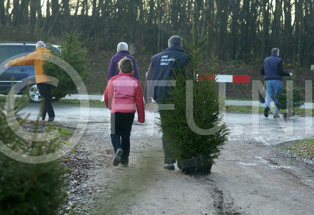 061209 ommen ned<br /> Aan de Hessenweg worden vanuit een weiland kerstbomen verkocht voor 5 euro per stuk. Veel mensen kwamen op dit koopje af.<br /> fotografie frank uijlenbroek&copy;2006 michiel van de velde