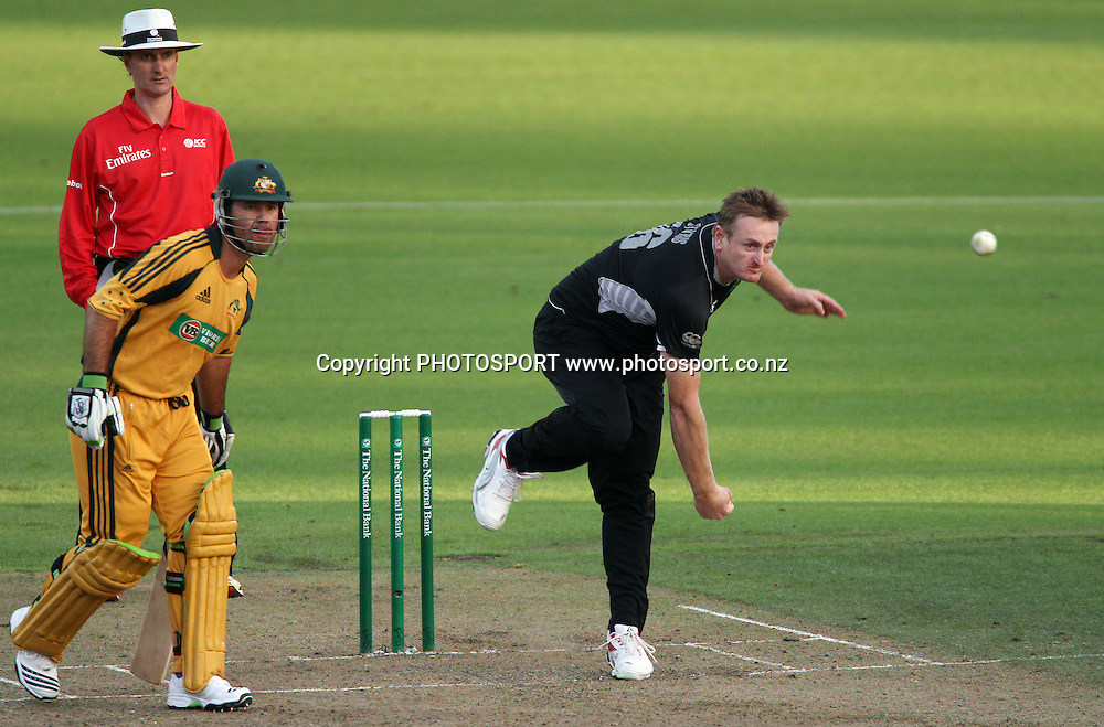 Scott Styris bowling as Ricky Ponting and umpire Billy Bowden look on.<br />