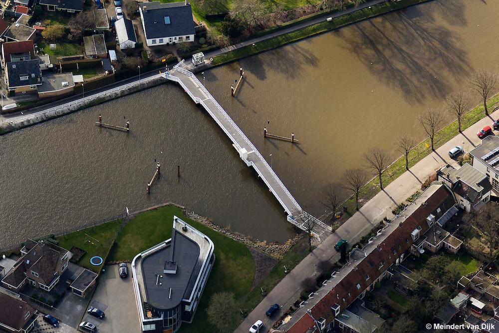Tijdelijke voetgangersbrug bij verwijderde Stationsbrug