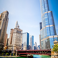 Picture of Chicago River architecture with Trump Tower, Michigan Avenue Bridge (DuSable Bridge), London Guarantee Building (Crain Communications Building), Leo Burnett building, and United Airlines building.